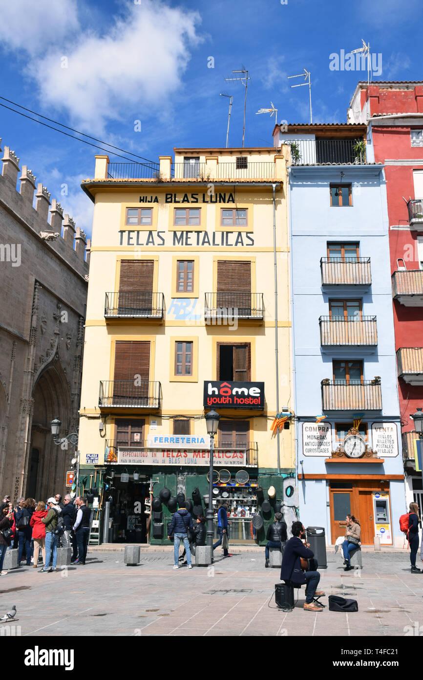 Busker & logement coloré, Placa del Doctor Collado, Valence, Espagne, Avril 2019 Banque D'Images