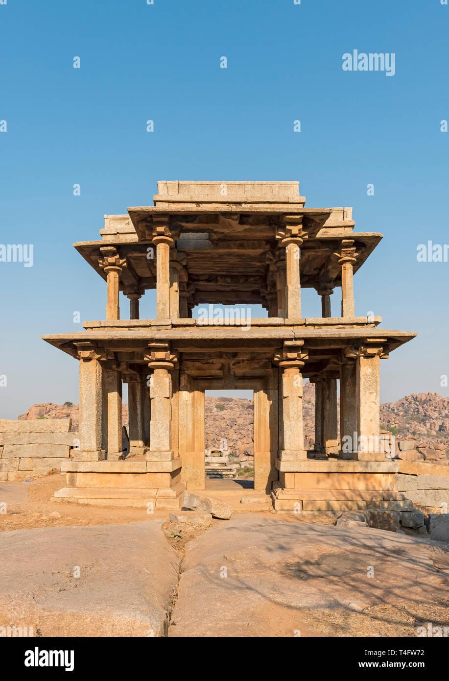 Passerelle à deux étages de Narasimha Temple à Hampi, Inde Banque D'Images