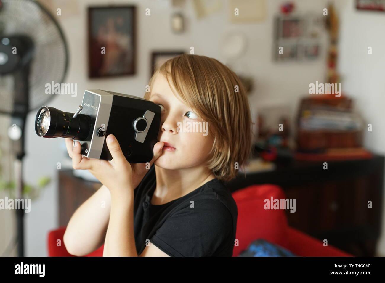 Garçon avec caméra 8mm Photo Stock