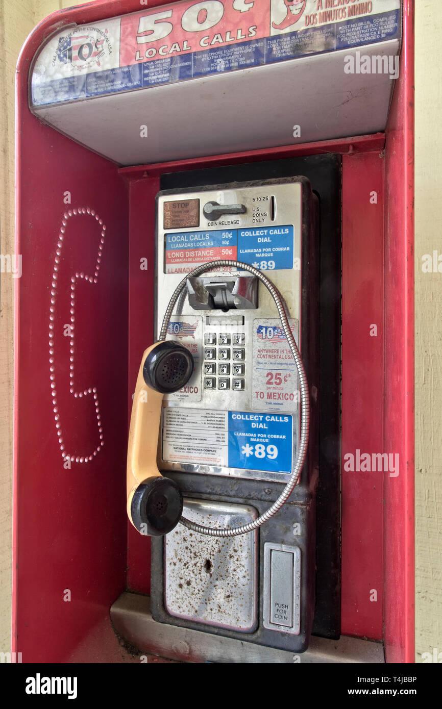 Monnayeur classique téléphone public payant avec récepteur, coin presse logement. Photo Stock