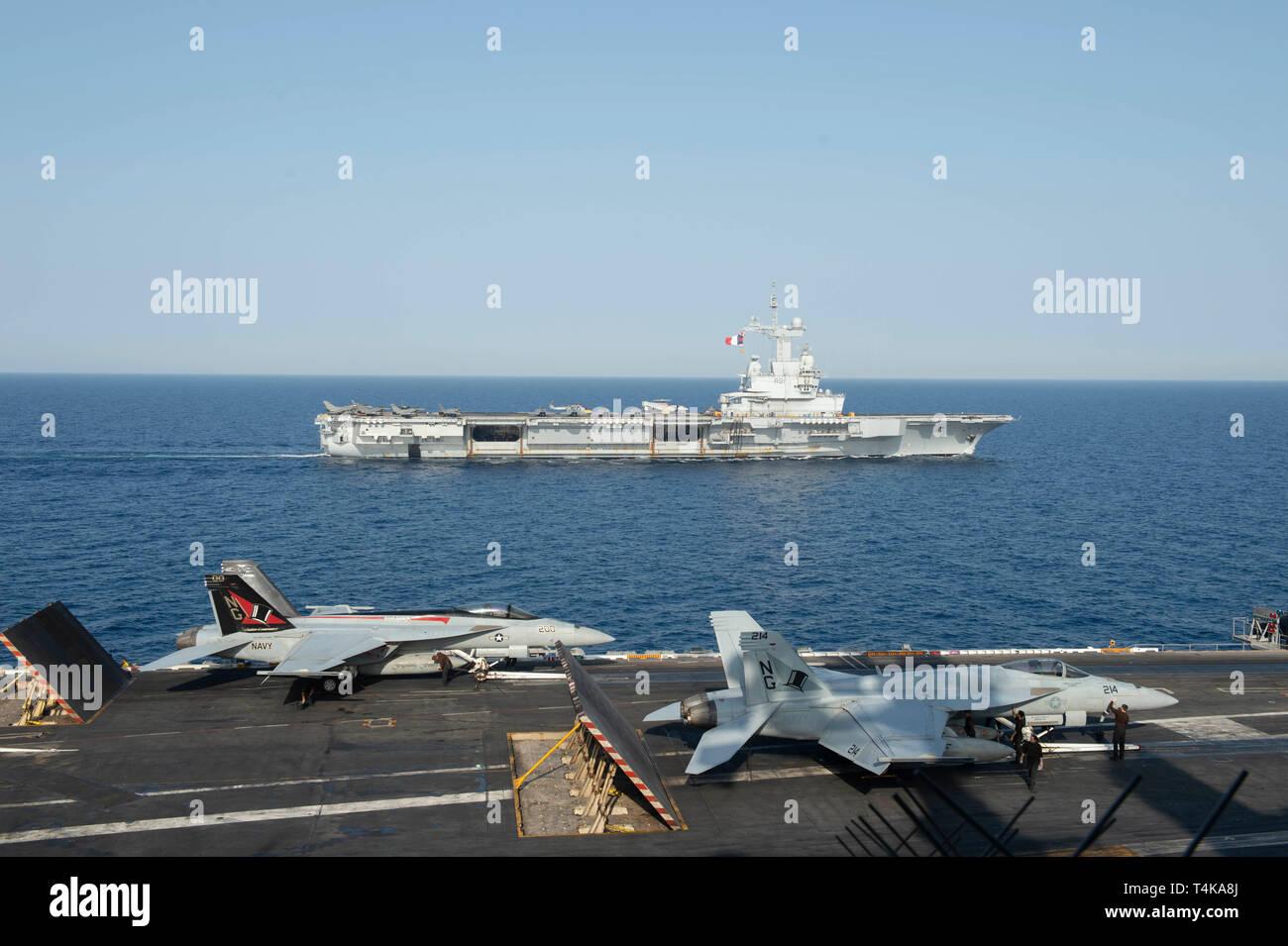 Le porte-avions de la Marine Nationale française FS Charles de Gaulle (F 91) voiles aux côtés du porte-avions USS JOHN C. STENNIS (CVN 74) dans la mer Rouge, le 15 avril 2019. Le John C. Stennis dans le groupe est déployé pour la 5e flotte américaine zone d'opérations à l'appui des opérations navales pour assurer la stabilité et la sécurité maritime dans la région Centrale, reliant la Méditerranée et le Pacifique à travers l'ouest de l'Océan indien et trois points d'étranglement stratégiques. (U.S. Photo par marine Spécialiste de la communication de masse Seaman Apprentice Jordanie Ripley) Photo Stock