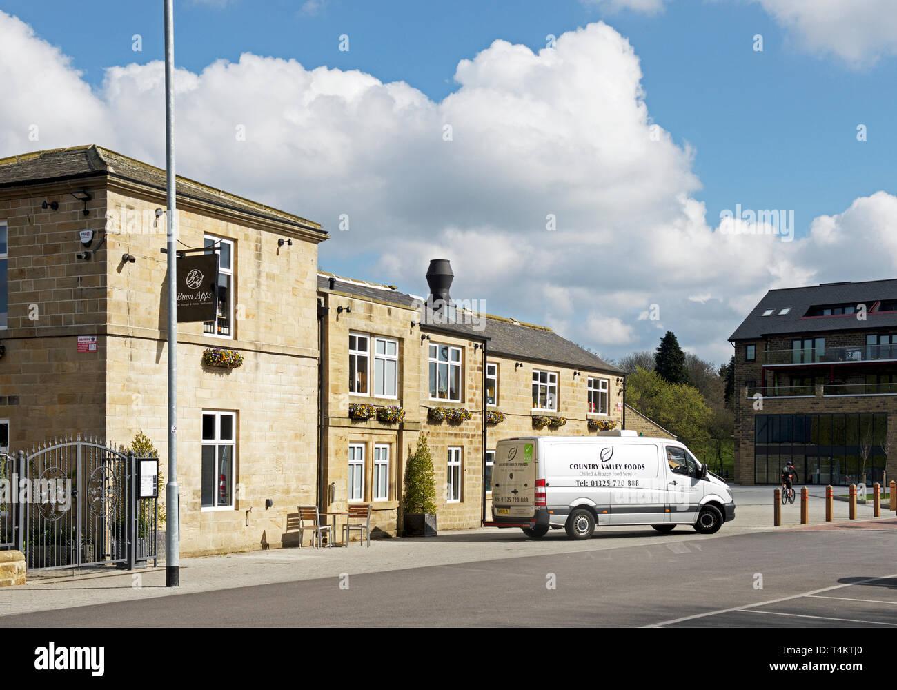 Delivery van stationné à l'extérieur de Buon Apps Restaurant Italien, Mill Lane, Otley, West Yorkshire, England UK Photo Stock