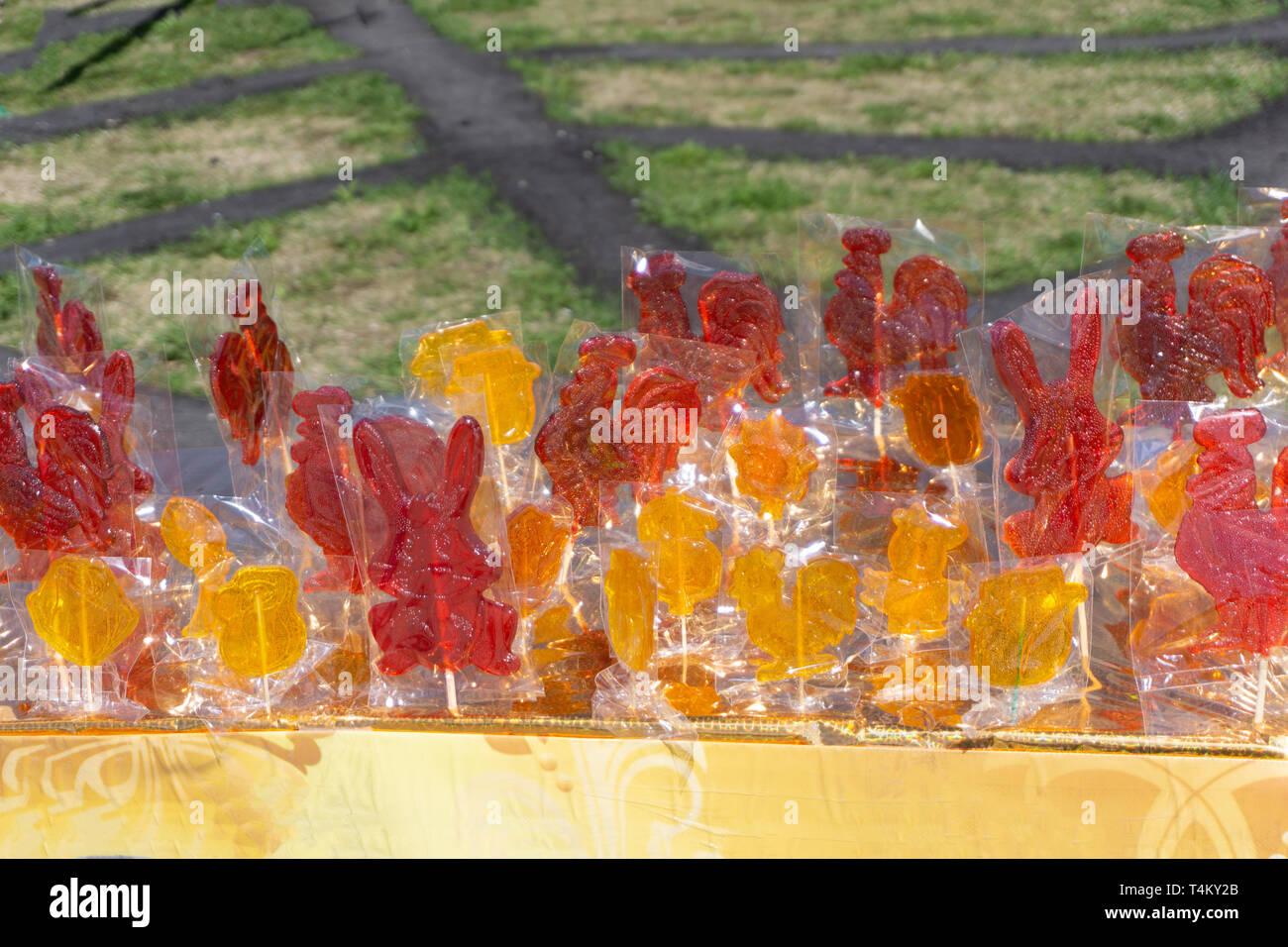 Beaucoup de bonbons colorés au-dessus de la gelée au chocolat Banque D'Images