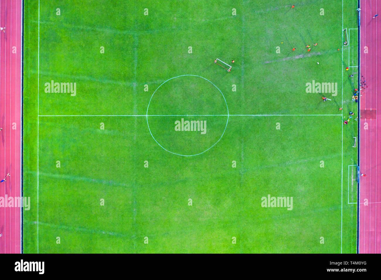 Autre perspective vue aérienne d'un terrain de soccer au milieu avec des joueurs de la formation, fixé avec du vrai gazon et les pistes de course sur le côté. Photo Stock