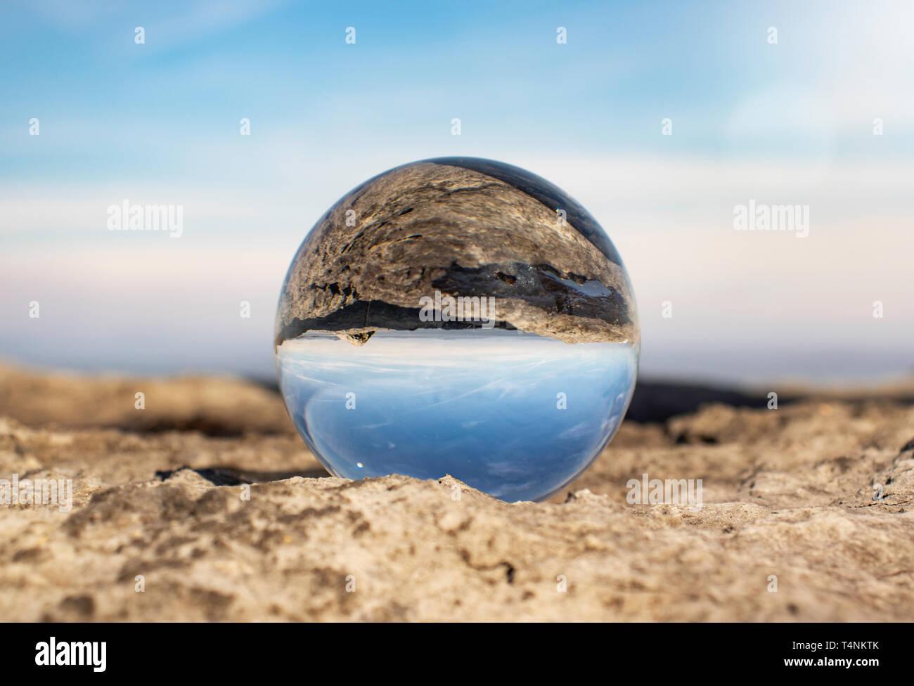 La baie de Morecambe sur une bonne journée de printemps, comme le montre la photographie à travers un cristal ball reposant sur des rochers - Photographie, ciel bleu, plage de Morecambe - Photo Stock