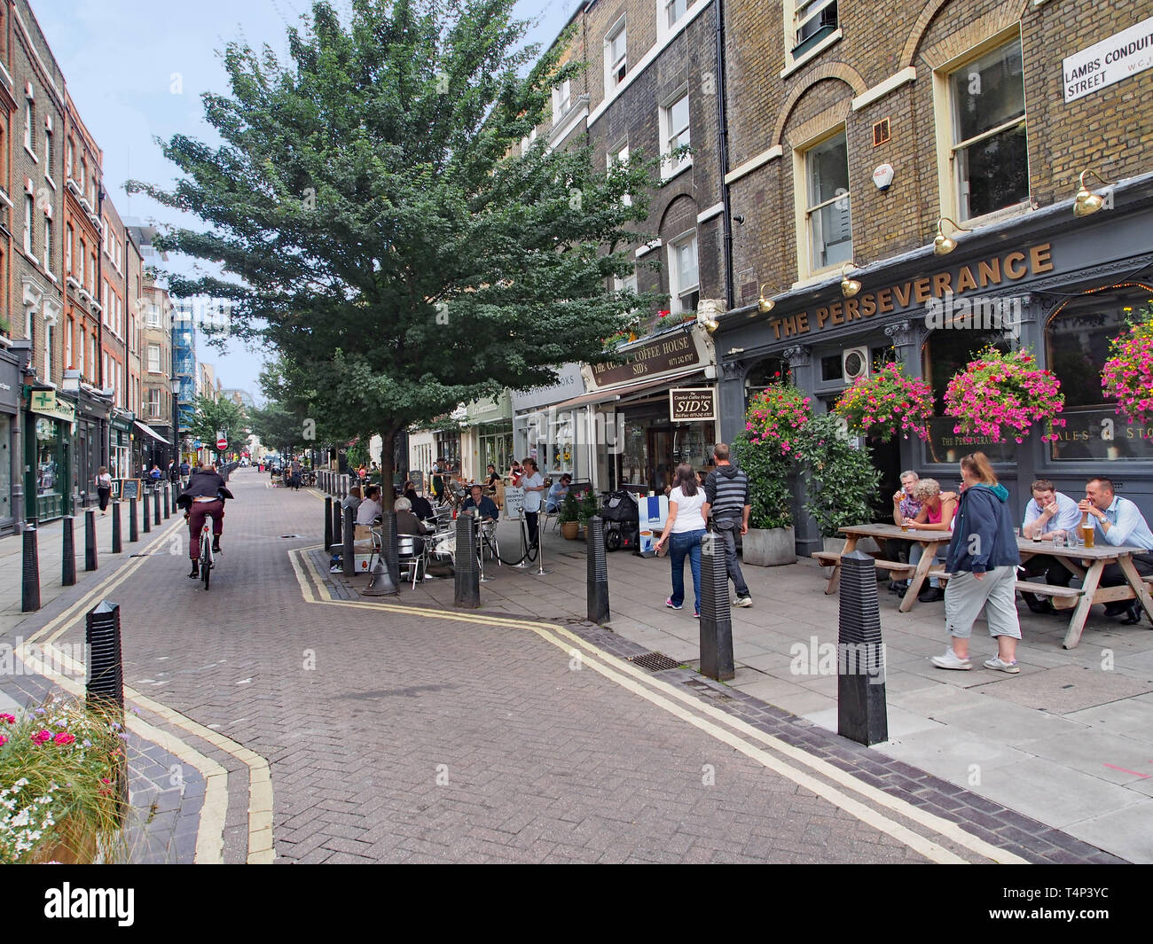 Londres - Juillet 2013: Le quartier de Bloomsbury, près de l'Université de Londres a de vieilles rues avec des magasins et des pubs. Banque D'Images