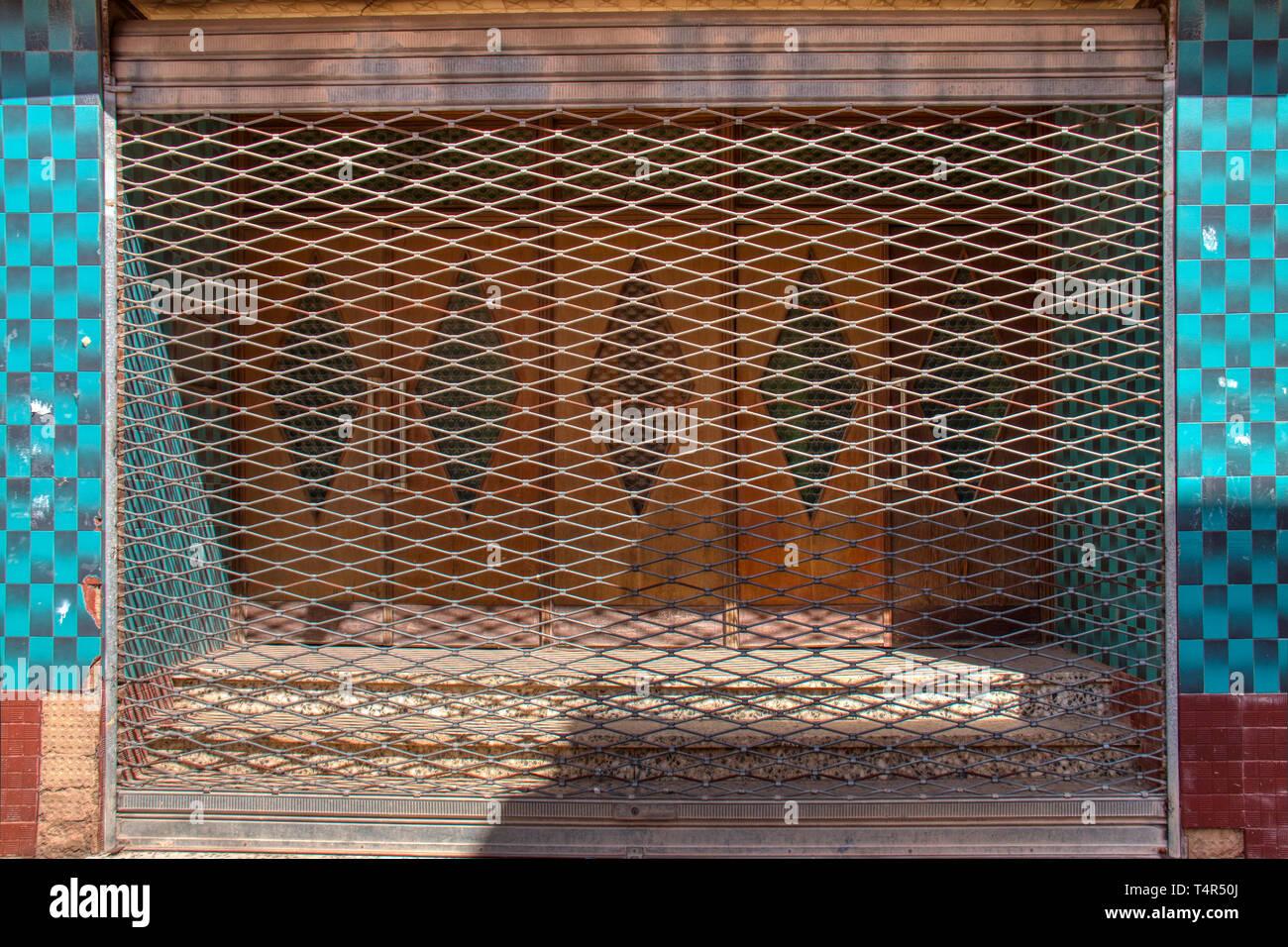 Metal blind d'un cinéma fermé il y a longtemps Photo Stock
