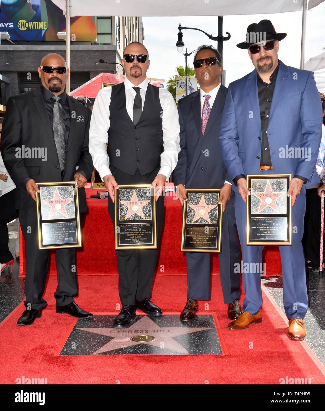 Los Angeles, Californie, USA. 18 avr, 2019. Cypress Hill, Sen Dog, DJ Muggs, Eric Bobo Correa & B du vrai au Hollywood Walk of Fame Star Cérémonie en l'honneur du groupe de hip-hop Cypress Hill. Photos : Paul Smith/Featureflash Crédit : Paul Smith/Alamy Live News Photo Stock