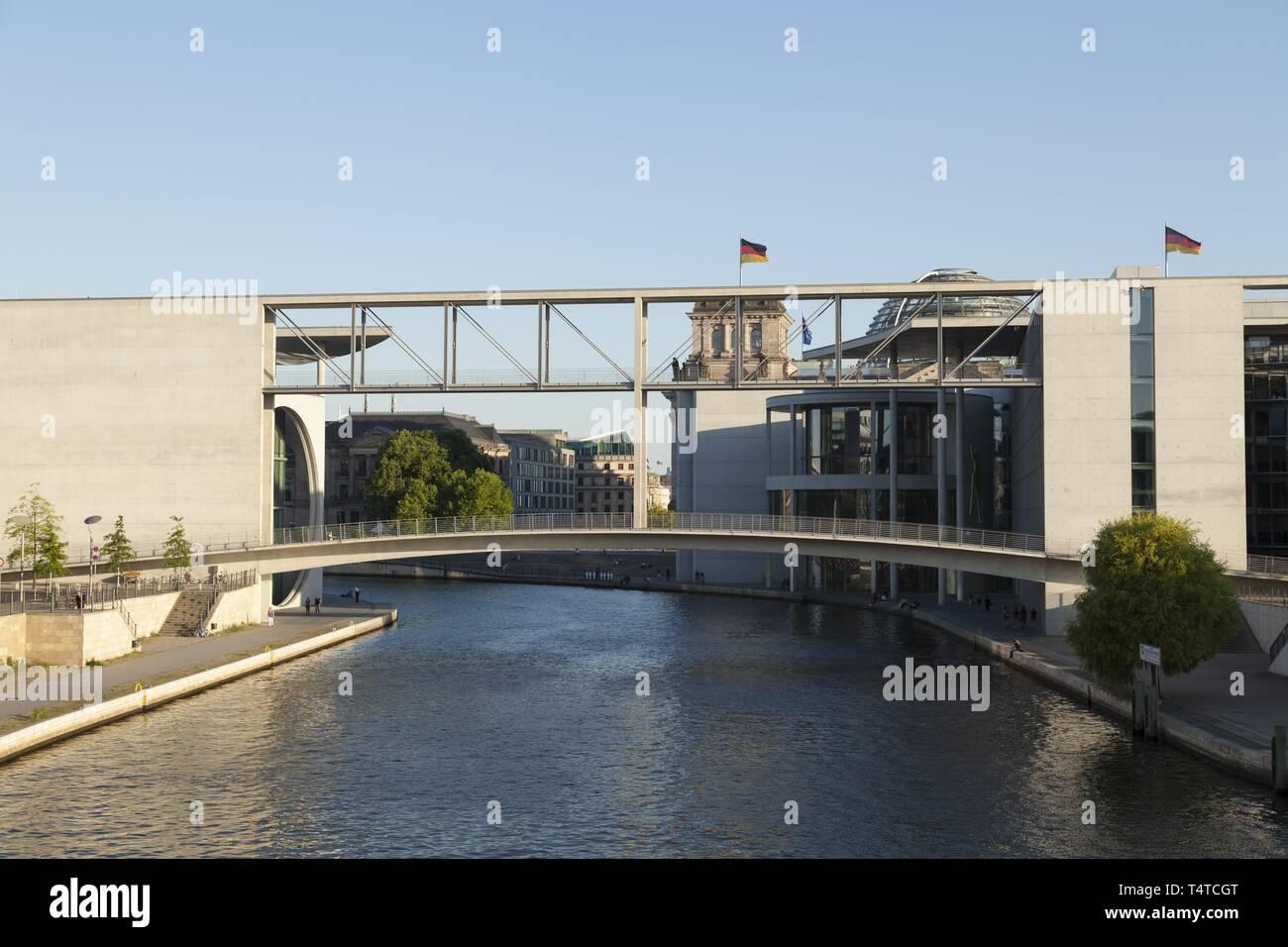 Pont sur la Spree entre Marie-Elisabeth-Lueders-Haus¶et le Paul Lévesque être House, Berlin, Germany, Europe Banque D'Images