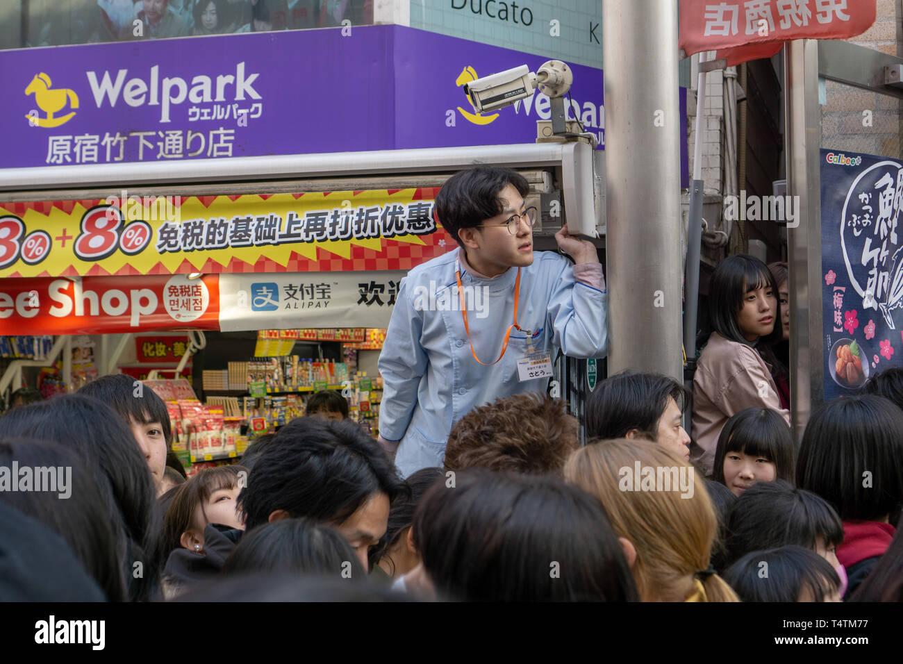 Je n'ai jamais connu des foules de l'Harajuku Tokyo magnitude zone n'importe où j'ai voyagé jusqu'à présent. Vous habitez vous apprendre! Photo Stock
