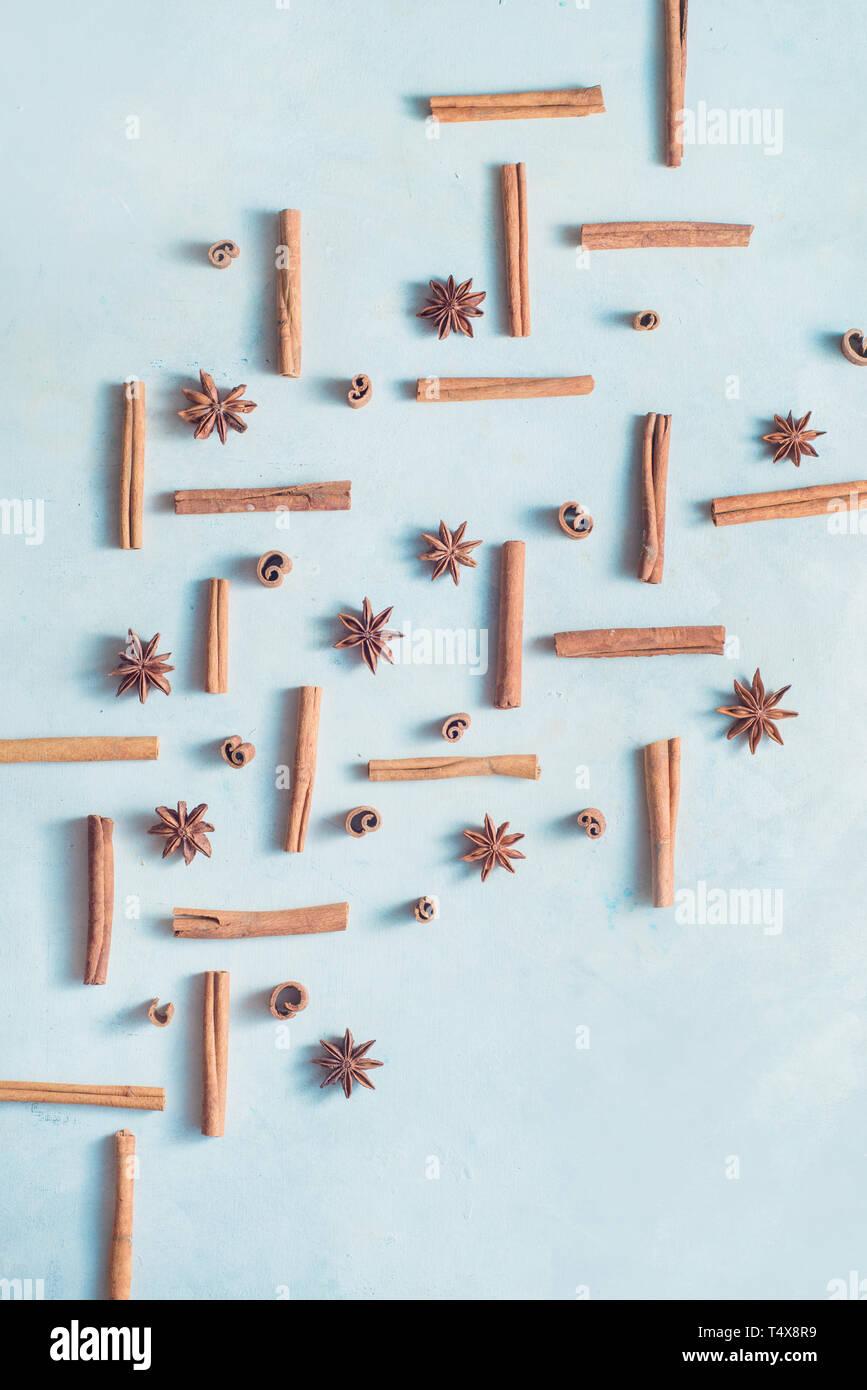Cannelle et anis étoile et sur un fond en bois blanc, avec l'exemplaire de l'espace. Une cuisine créative avec des épices. mise à plat Banque D'Images