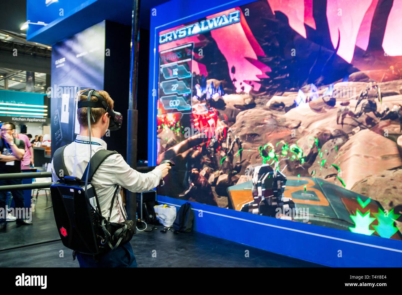 Une présence étrangère à la 2019 China International Technology Expo tente VR du matériel de jeu développé par Tsinghua Tongfang. Photo Stock