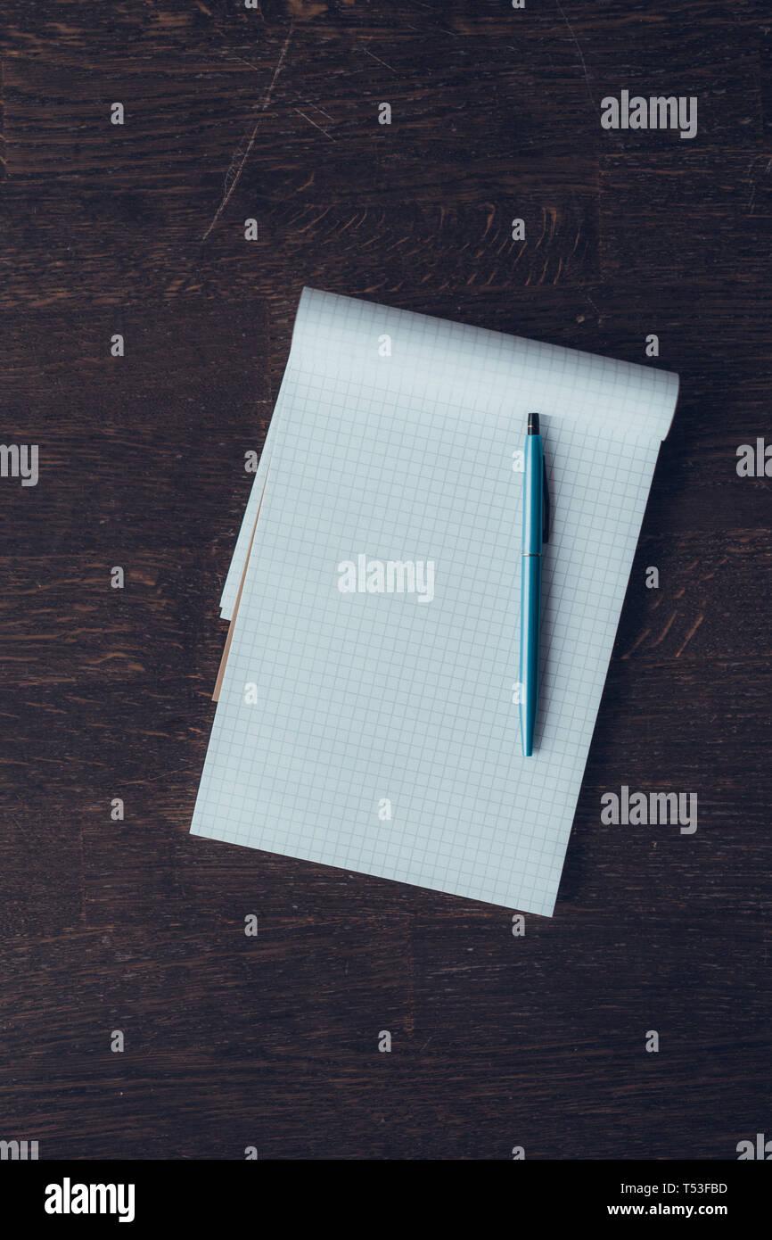 Note vide avec stylo plume sur la table en bois. Concept pour de grands projets Photo Stock