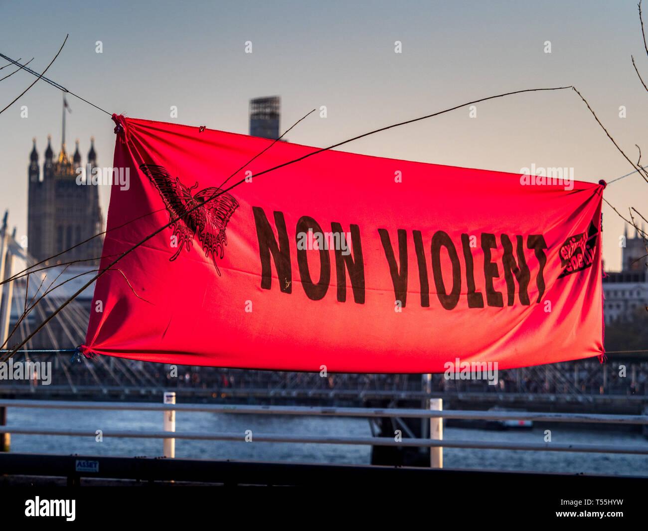 Protestation non violente bannière dans la Rébellion Extinction protester sur Waterloo Bridge en avril 2019. Photo Stock