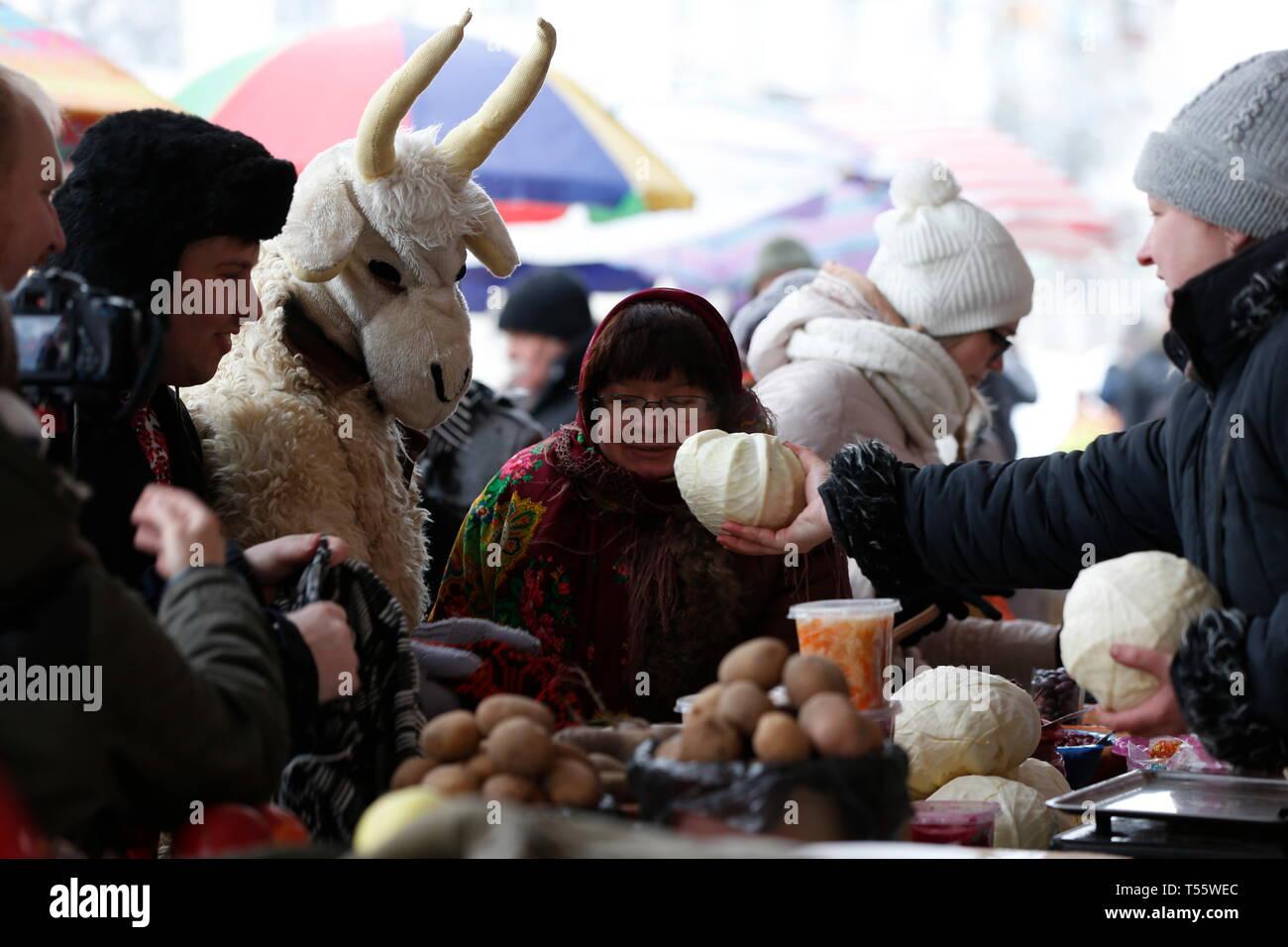 Biélorussie, Minsk, le 13 janvier 2017.marché Central. Le rituel d'Kalyada est généreux. Les gens faites un don Dons à la chèvre à le rituel Photo Stock