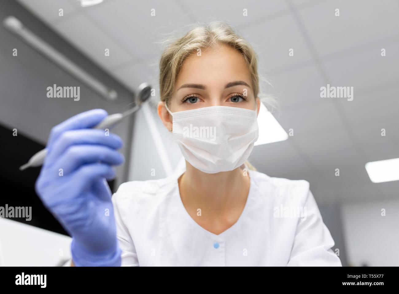 Point de vue du patient d'assistant dentaire matériel dentaire holding Banque D'Images
