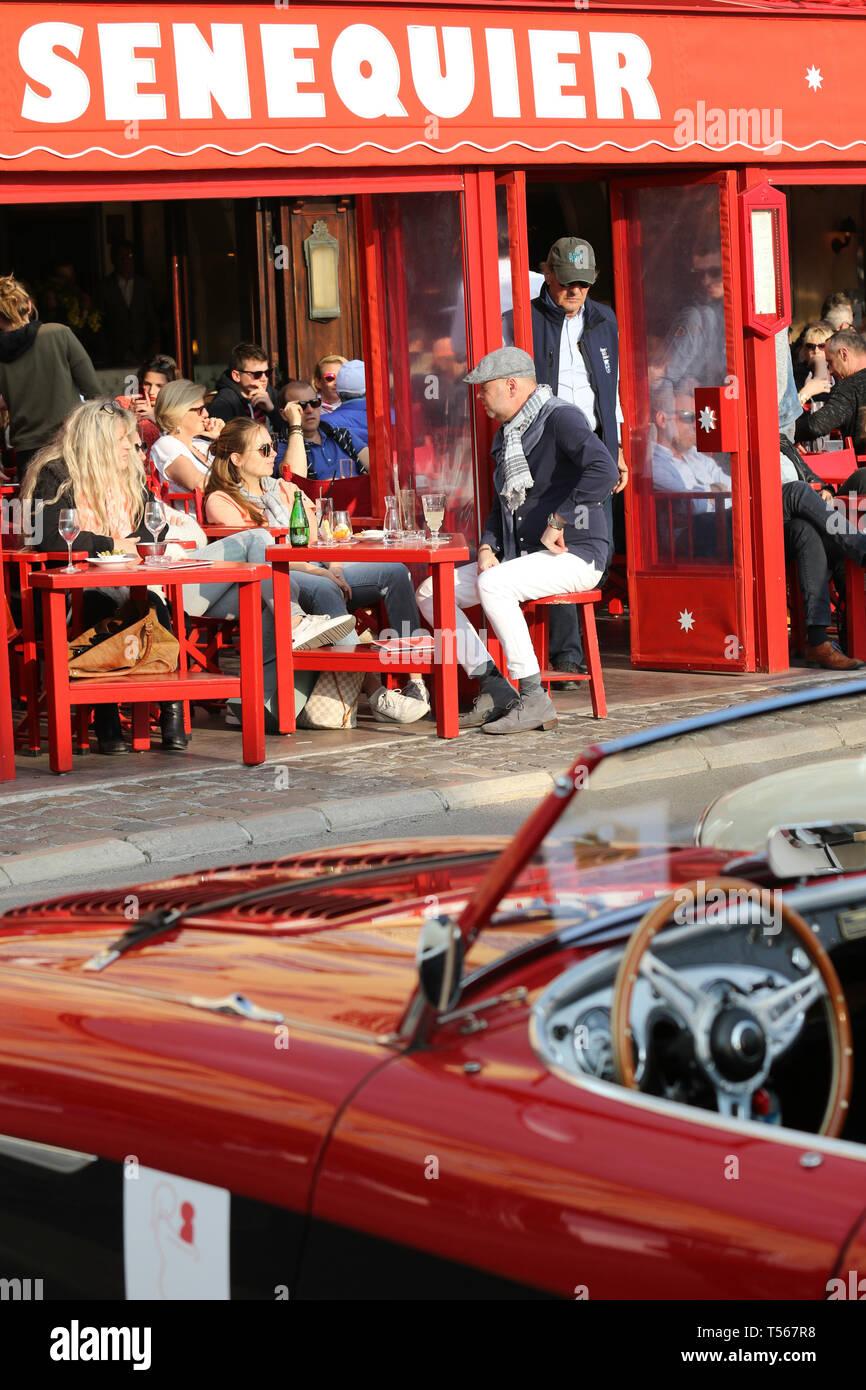 Strada Bella, La Petite Plage Restaurant ouvert, Café de Paris, l'Hôtel Sube, Nouvelle Exposition de voitures, le Port de Saint Tropez Sportmer 12-14 Avril 2019 Banque D'Images