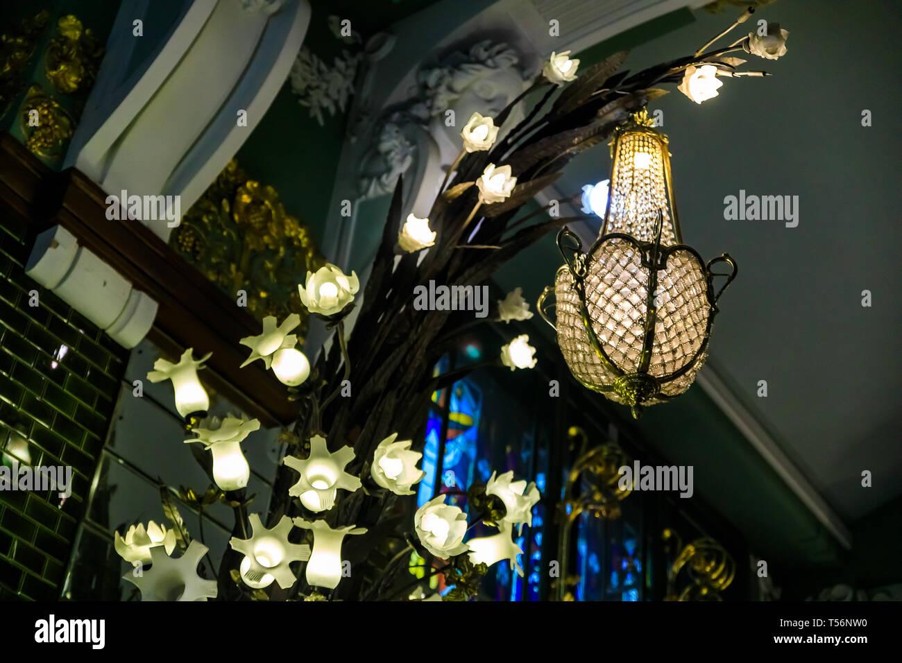 Saint Petersburg, Russie - septembre 9, 2017: art deco floral et crystal luminaire à la célèbre épicerie Eliseevsky sur Effcrts Coordonncs soient Nevsky Photo Stock