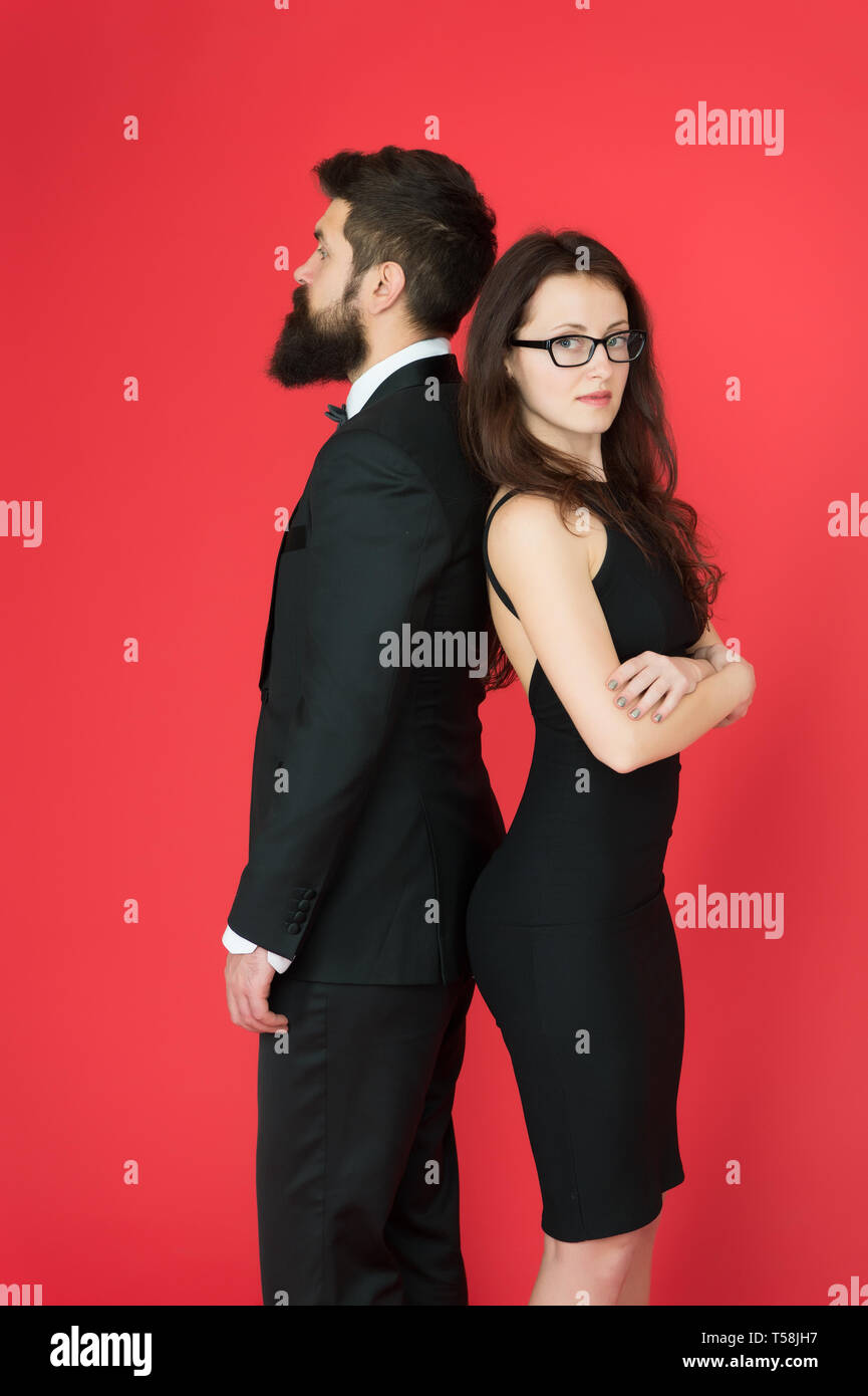 291052ca26 Hipster barbu homme et femme en robe rouge. Mode formel et élégant,  vêtements. Boutique de mode ...