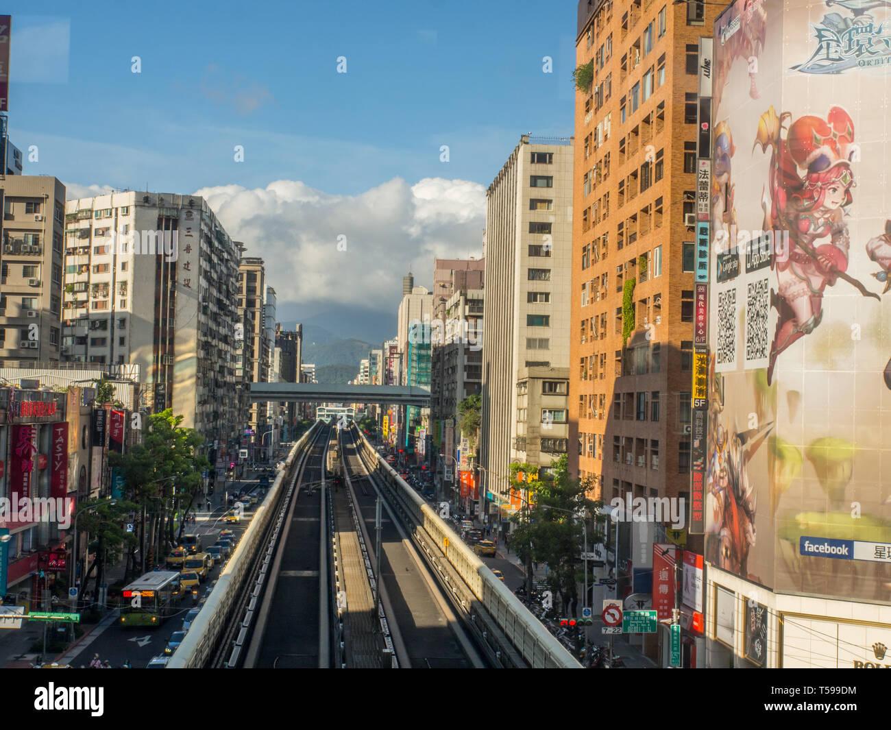 Taipei, Taiwan - le 19 octobre 2016: vue depuis les voies de la ligne de métro de brun dans la ville de Taipei. L'Asie. Photo Stock