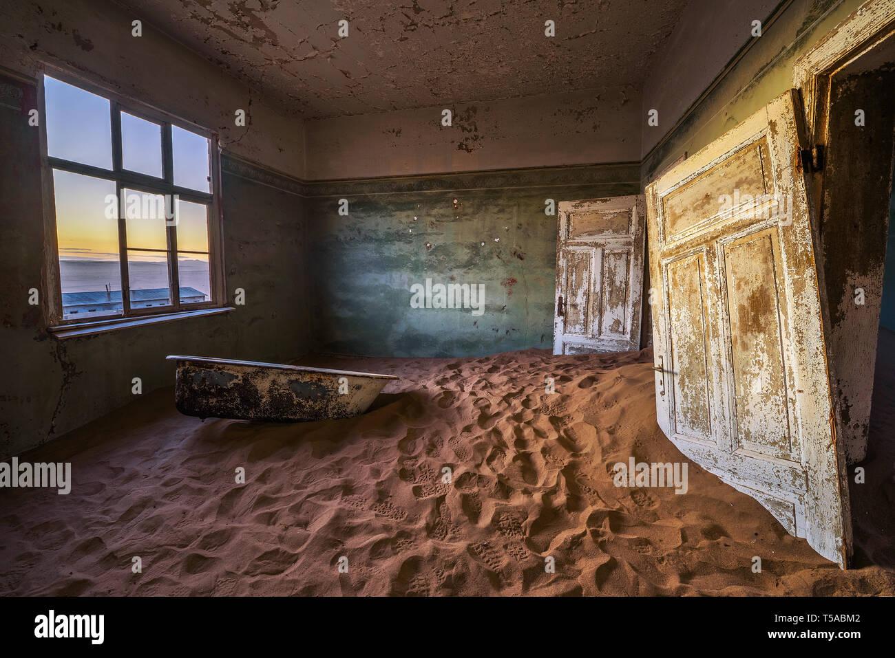 Ruines de la ville minière Kolmanskop dans le désert du Namib près de Luderitz en Namibie Banque D'Images