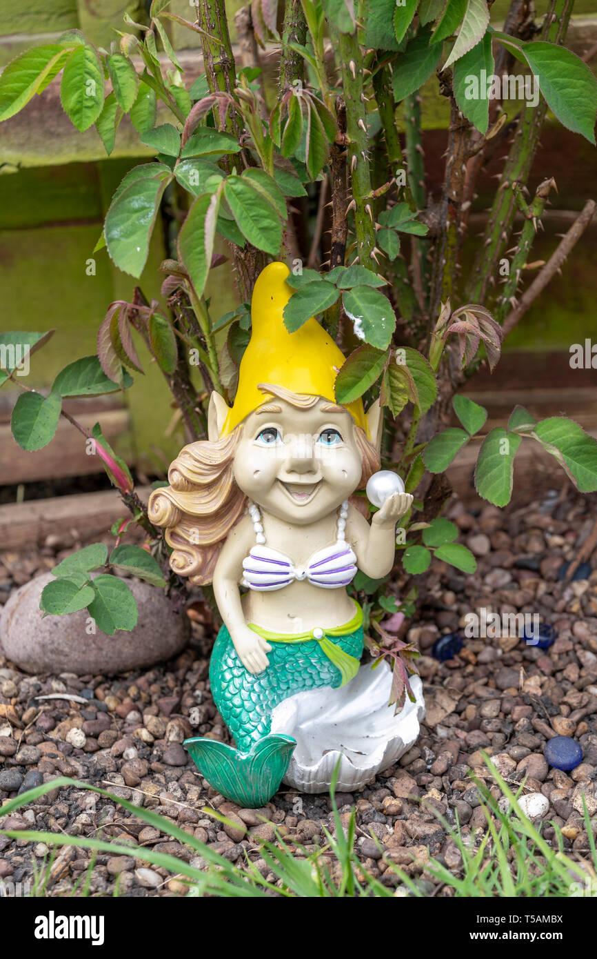 Nain de jardin sous la forme d'une sirène Banque D'Images