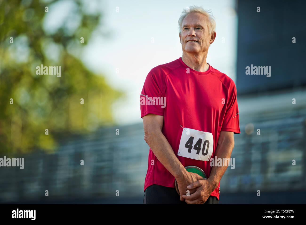L'accent man prépare à lancer une discussion lors d'un événement de l'athlétisme. Photo Stock
