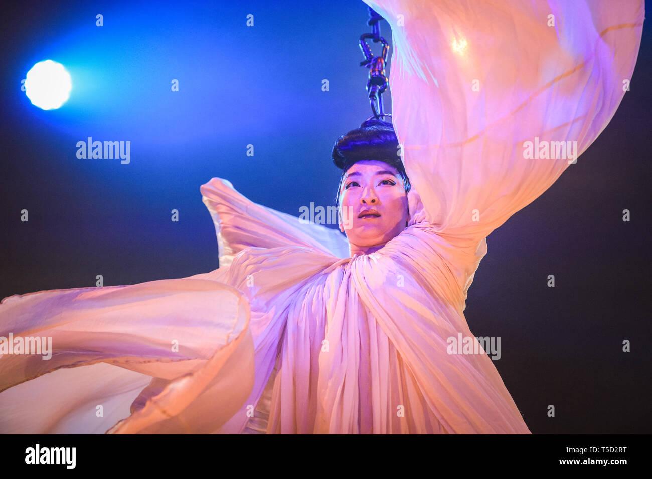 Tout savoir de la danse cabaret à lartiste, du Burlesque au Music – hall.