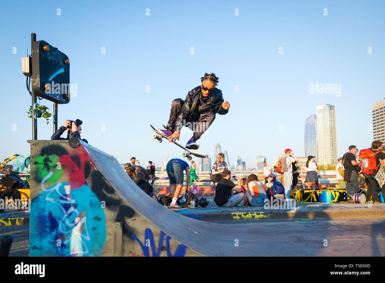 L'extinction au patineur de rébellion protester sur Waterloo Bridge, Londres Photo Stock