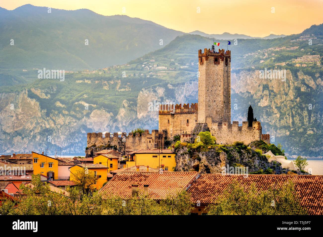 Village italien malcesine ville paisible et le château sur le lac de Garde romantique coucher de soleil pittoresque au bord de l'idyllique Banque D'Images