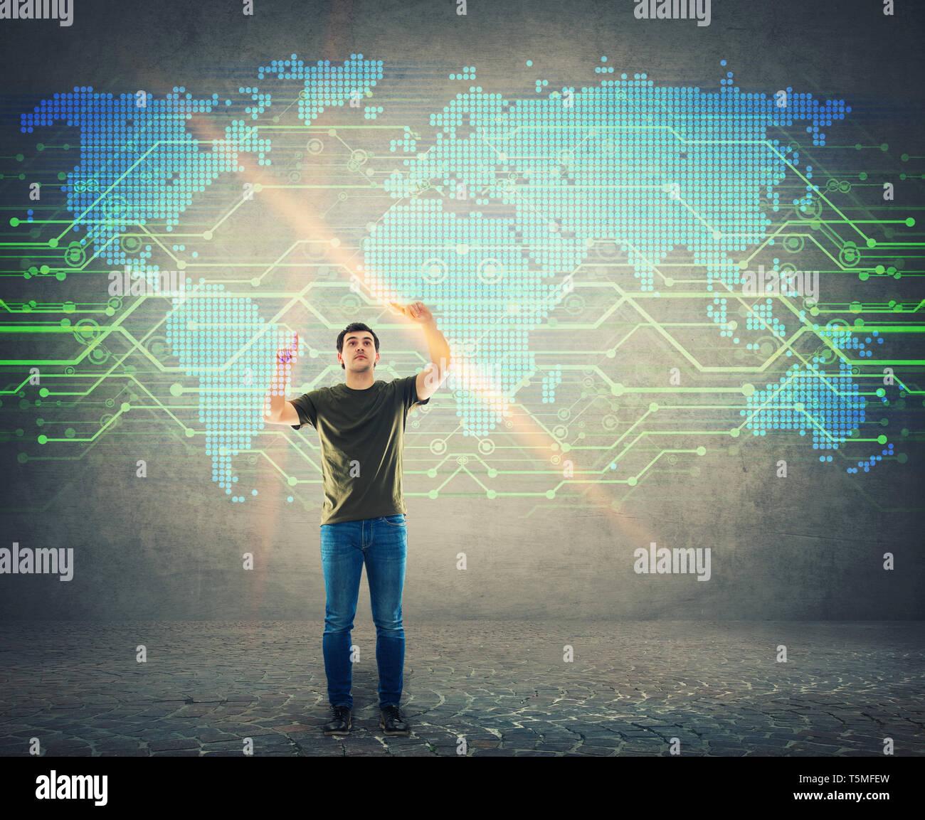 L'homme parcourt un écran numérique, à la recherche d'interface un point sur la carte du monde. Homme de toucher l'écran avec le choix d'un endroit sur le globe. Te d'affaires Banque D'Images