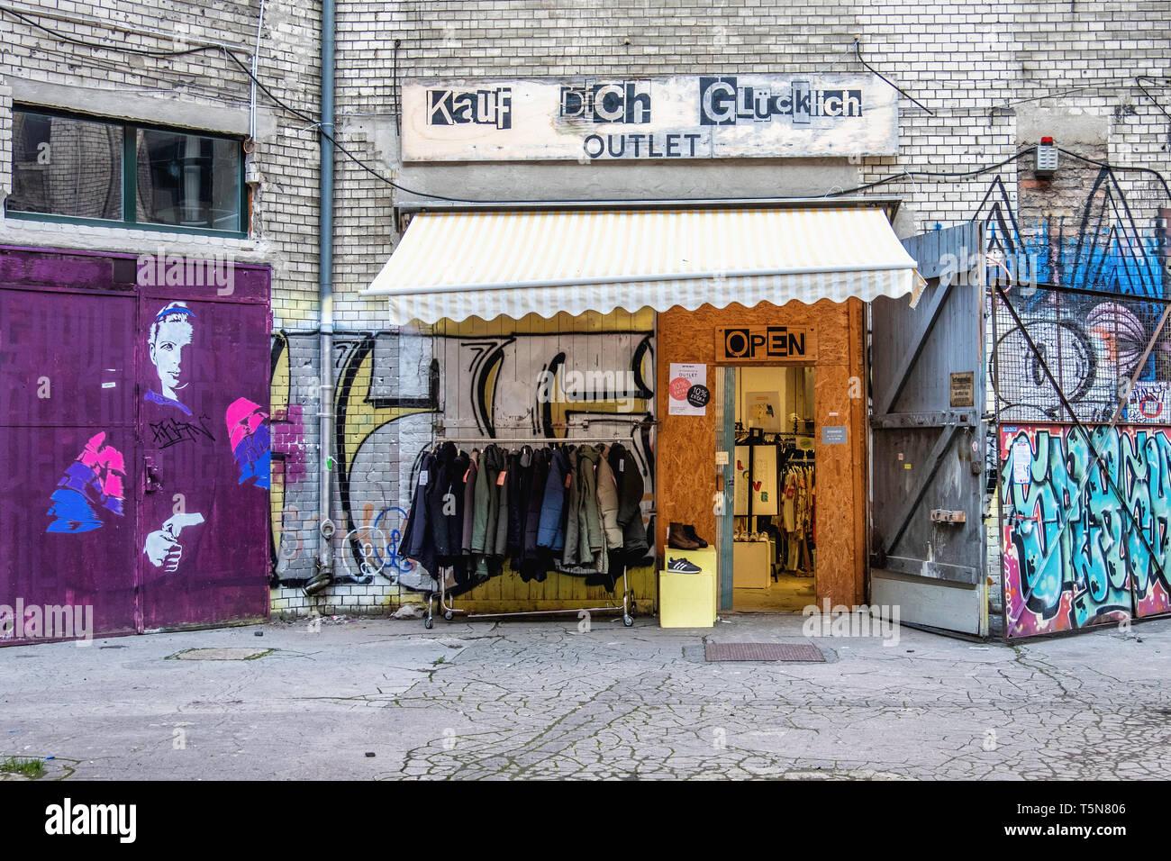 Mariage, Berlin. kauf dich glücklich clothes shop & fashion outlet dans la cour intérieure de l'ancien bâtiment industriel délabré à Gerichtstrasse 23. Banque D'Images