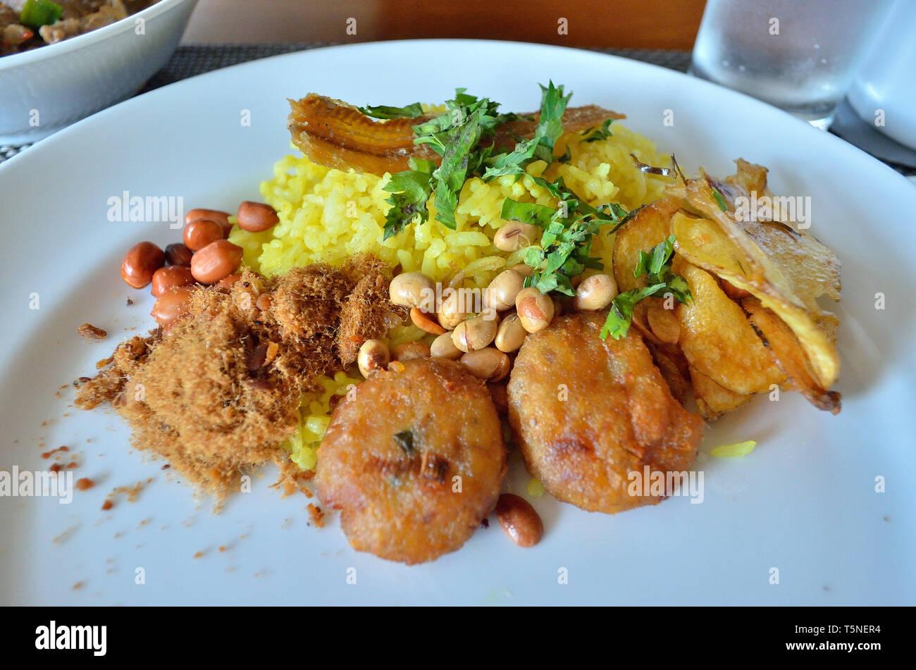 Riz jaune - Nasi Kuning et Curry - Vache Gulai, Yogyakarta, Indonésie Photo Stock