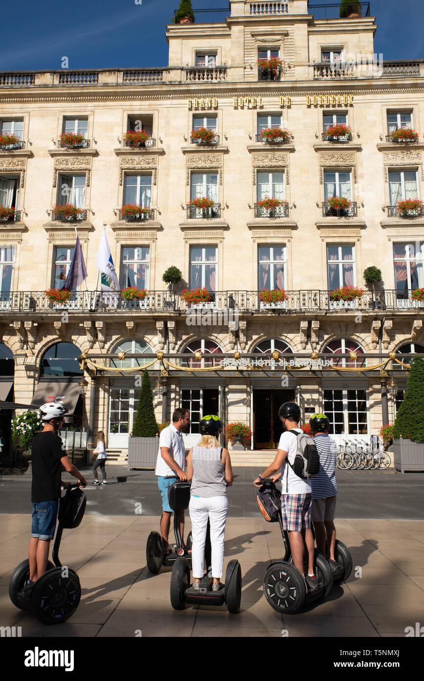 Les touristes en Sedgways devant le Grand Hôtel de Bordeaux, Gironde, France. Photo Stock