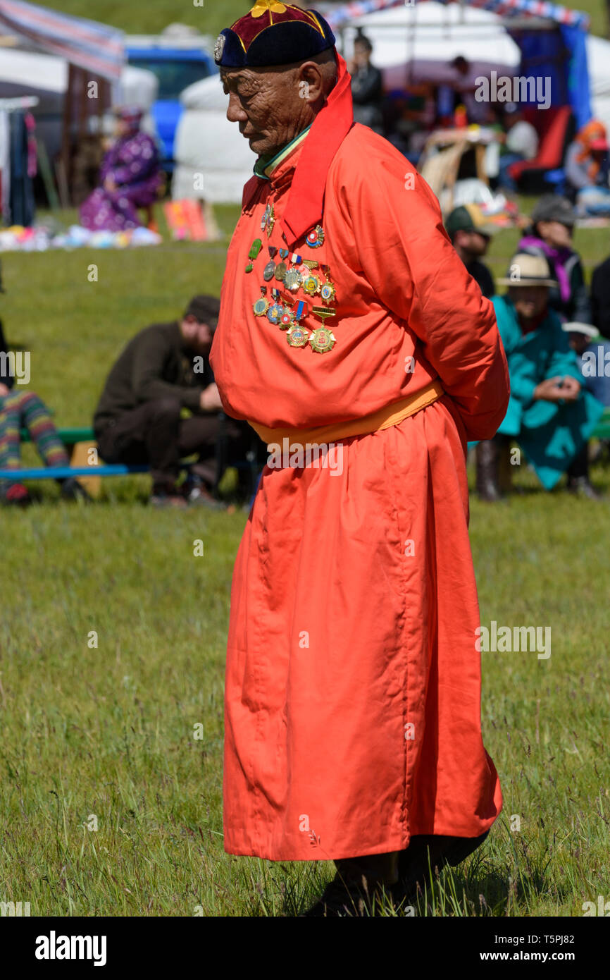 Festival Naadam à Khatgal, la Mongolie. Compétition de lutte. Ancien lutteur avec de nombreuses médailles agissant en tant que superviseur Photo Stock