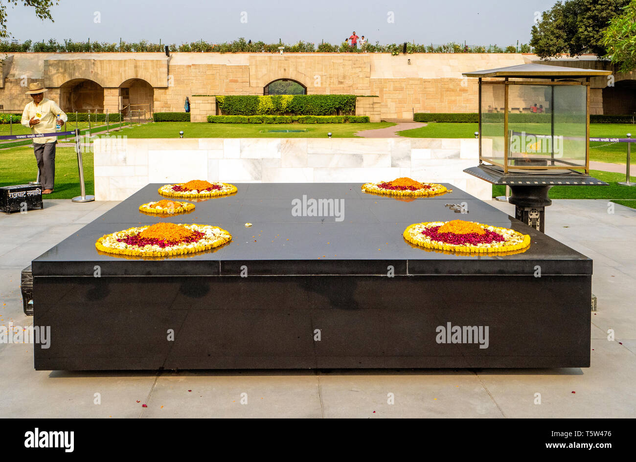 Flamme éternelle et simple dalle de marbre noir à Raj Ghat Mahatma Ghandi's Memorial Garden à New Delhi Inde du nord Photo Stock