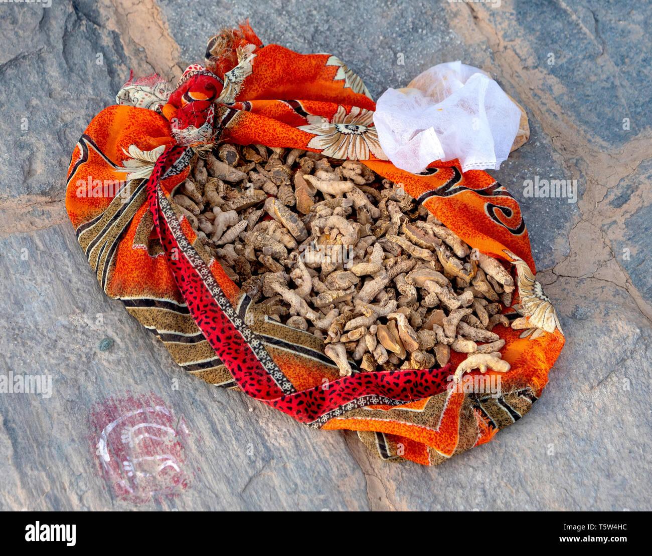 Sac en tissu du curcuma racine sur la terrasse d'une maison de village dans la région de Binsar Uttarakhand en Inde du Nord Photo Stock
