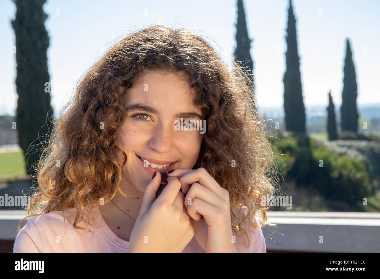 Portrait d'une pré-adolescente, posant dans un parc public sur un jour de printemps ensoleillé Photo Stock