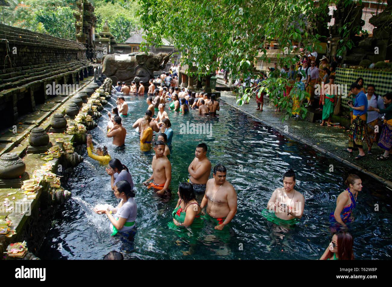 Les touristes et les fidèles du nettoyage ethnique à Tampak Siring, le saint temple de l'eau ressort près de Ubud à Bali, Indonésie Photo Stock