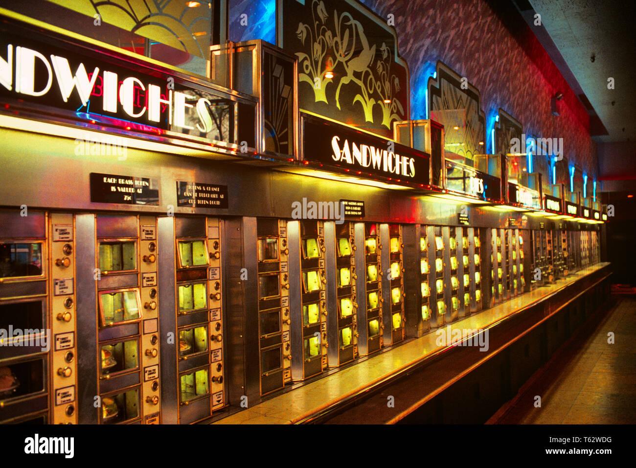 L'INTÉRIEUR des années 1990, DERNIER AUTOMATE CAFÉTÉRIA FERMÉE EN 1991 SUR 42ND Street NEW YORK CITY NY USA - KF33311 KRU001 HARS, UNITED STATES OF AMERICA LES GRIGNOTINES ALIMENTS DIVERTISSEMENT GRAND ANGLE COLLATIONS FAST FOOD VENDOR NOURRIR SNACK FOOD SERVICE CLIENT 20ème siècle CHOIX FOURNISSEURS INTÉRIEURS LE DÉJEUNER SE TENIR SUR LES FAST-FOODS NYC PRATIQUE SÉLECTION AUTOMAT NICKELS CONCEPTUEL NEW YORK 1991 DESIGN INTÉRIEUR NOURRITURE NICKEL VILLES NEW YORK CITY ÉLÉGANT DISTRIBUTEUR AUTOMATIQUE AUTOMATIQUE LA CULTURE POPULAIRE DINERS LUNCHEONETTE SELF SERVICE 42e 42e rue à l'ANCIENNE DERNIÈRE Art Déco Photo Stock
