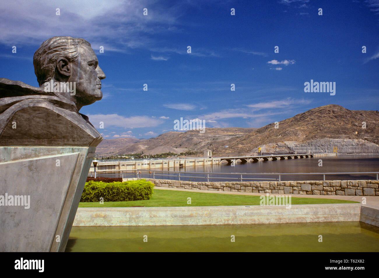 Années 1990 Buste de Franklin D. Roosevelt DONNE SUR LE RÉSERVOIR ET le barrage Grand Coulee l'État de Washington, USA - ki9841 KRU001 HARS 1942 PRÉSIDENTS DIRIGEANTS RÉSERVOIR CONCEPTUEL DONNE SUR L'ANCIENNE 1933 Photo Stock