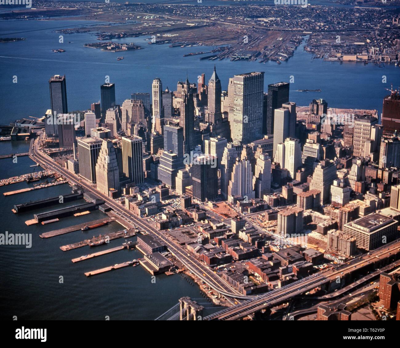 1970 VUE AÉRIENNE DU SUD-OUEST DU CENTRE-VILLE DE MANHATTAN LOOK FINANCIAL DISTRICT WORLD TRADE CENTER EN CONSTRUCTION - KR15706 KRU001 HARS VOYAGES USA NYC REAL ESTATE CÔTE EST DES STRUCTURES DE NEW YORK NEW YORK CITY AU SUD-OUEST DE L'ÉDIFICE PRÈS DU COMMERCE VUE AÉRIENNE DE LA RIVIÈRE HUDSON DISTRICT OLD FASHIONED PIERS Photo Stock