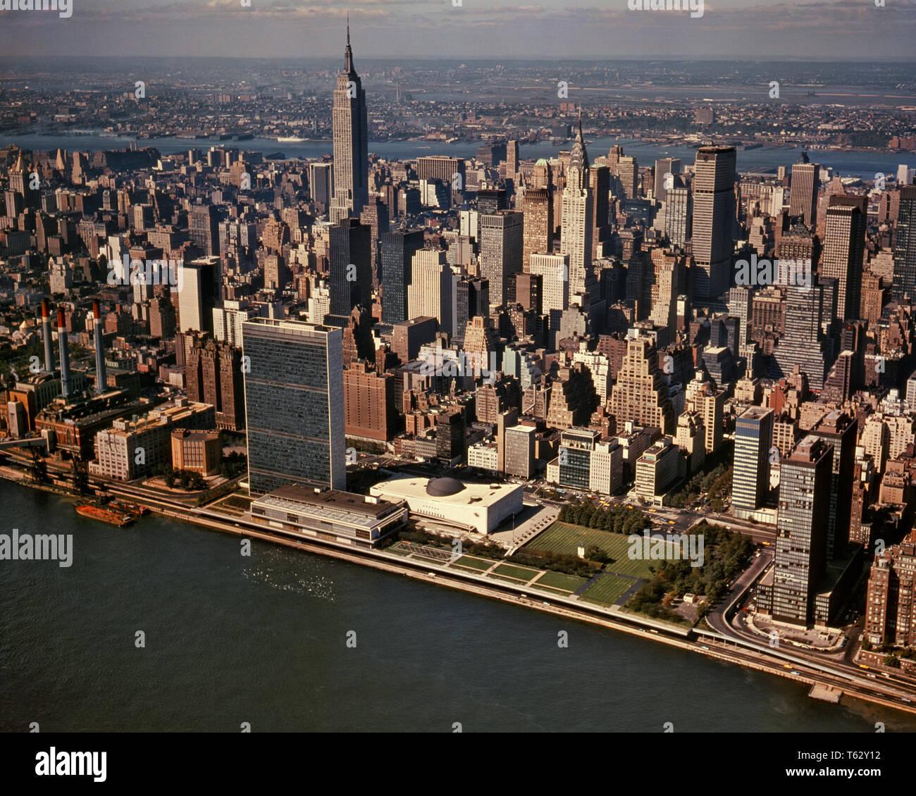 1960 VUE AÉRIENNE DE LA RIVIÈRE EAST MIDTOWN COMPLEXE DES NATIONS UNIES À l'ouest de l'Empire State Building À NEW JERSEY Manhattan NYC USA - KR15769 KRU001 CÉLÉBRATION HARS UNITED STATES SCENIC INSPIRATION UNITED STATES OF AMERICA NY EMPIRE NORD-AMÉRICAIN DE CONFIANCE EN AMÉRIQUE DU NORD DES NATIONS UNIES GRAND ANGLE TENTATION RÊVES MIDTOWN CENTRE URBAIN STRUCTURE ANGLE EXTÉRIEUR HAUTE RÉSISTANCE DES CONNAISSANCES PROGRÈS LEADERSHIP GOTHAM AU NORD-EST DE L'INNOVATION VOYAGE États-unis FIERTÉ POUR LA CÔTE EST CONCEPTUEL DE LA POLITIQUE DE NEW YORK NEW YORK VILLES IMAGINATION COMPLEXE ÉLÉGANT NEW JERSEY NEW YORK IDÉES CRÉATIVITÉ RESORTS VUE AÉRIENNE BIG APPLE Photo Stock