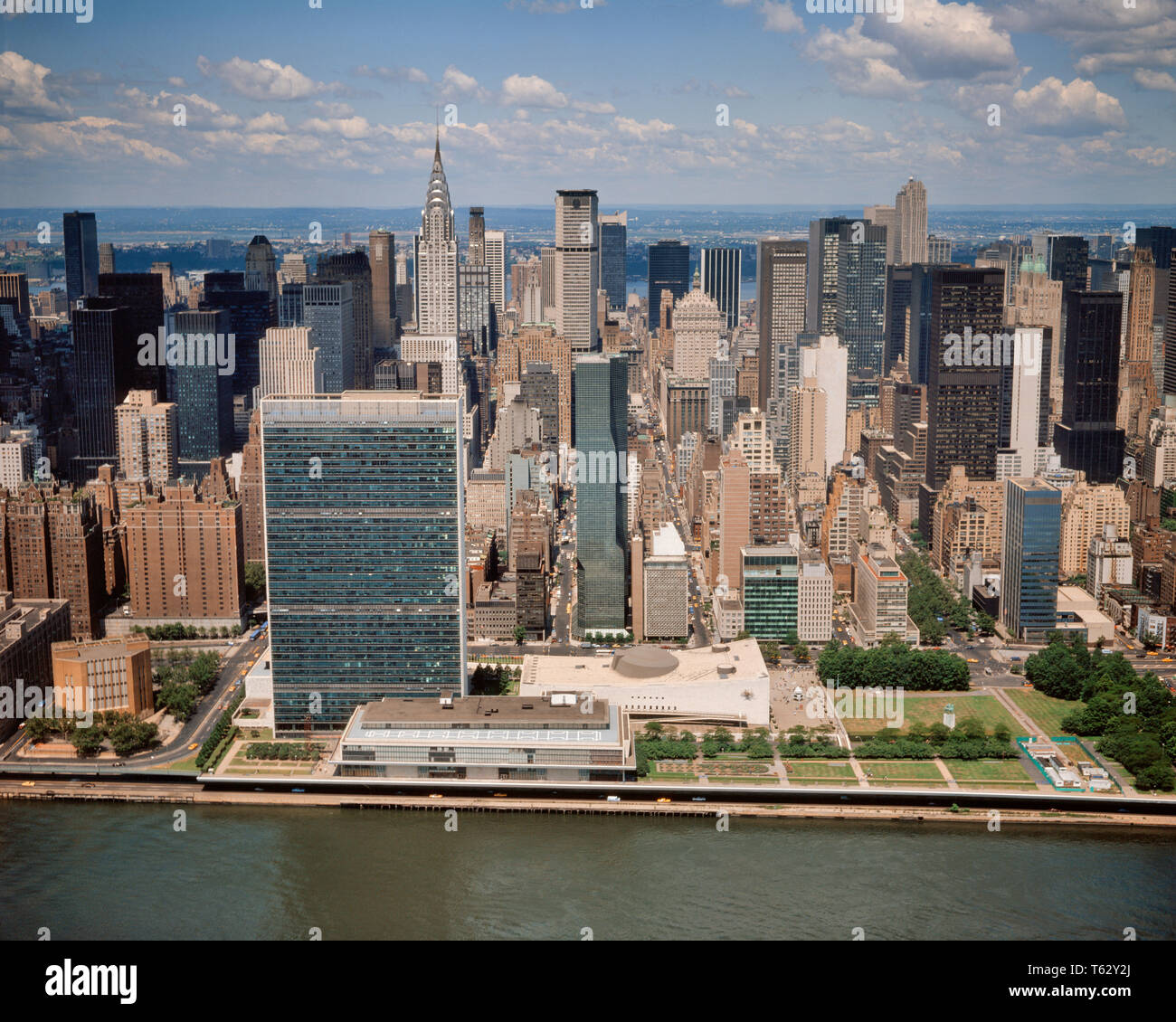 1970 1979 VUE AÉRIENNE DE MANHATTAN MIDTOWN EAST RIVER À L'OUEST DE L'ORGANISATION DES NATIONS UNIES ET le Chrysler Building - KR34418 KRU001 INSPIRATION HARS, États-Unis d'Amérique AMÉRIQUE DU NORD NEW YORK BÂTIMENTS GRAND ANGLE NORD-AMÉRICAINE DE NATIONS RÊVES MIDTOWN CENTRE URBAIN D'ANGLE HAUTE RÉSISTANCE ET PROPRIÉTÉ D'AVENTURE EXCITATION CHRYSLER PUISSANT EXTÉRIEUR NORD-EST DE GOTHAM VOYAGES USA OCCASION NYC POLITICS REAL ESTATE CÔTE EST CONCEPTUEL NEW YORK ÉDIFICE ÉLÉGANT STRUCTURES VILLES NEW YORK CITY CRÉATIVITÉ RESORTS VUE AÉRIENNE BIG APPLE Art déco à l'ANCIENNE RIVIÈRE EAST UNITED NATIONS Photo Stock