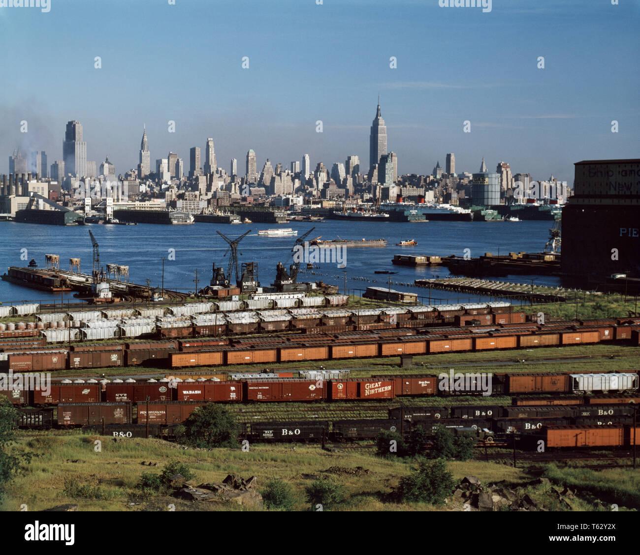 1960 Horizon Manhattan Midtown DE NEW JERSEY HUDSON RIVER BARGES NAVIRES INDUSTRIE FERROVIAIRE - kr4148 KRU001 HARS GRAND ANGLE NORD-AMÉRICAIN MIDTOWN FERROVIAIRE NORD-EST DU CENTRE URBAIN VOYAGES USA OCCASION NYC NEW YORK SUR LA CÔTE EST DE LA MOBILITÉ DES VILLES NEW YORK RAILROADS PRÈS D'OLD FASHIONED BARGES PANORAMIQUE Photo Stock