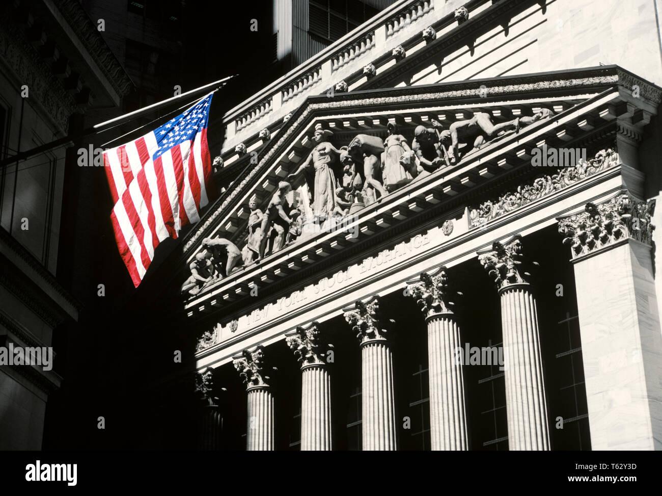 NEW YORK STOCK EXCHANGE BUILDING DOWNTOWN NEW YORK NY USA - KR65455 KRU001 HARS LES ÉCHANGES ROUGE BLANC ET BLEU ÉTOILE ET BANDES LES BOURSES CENTRES WALL STREET STOCK EXCHANGE CENTRES URBAINS Photo Stock