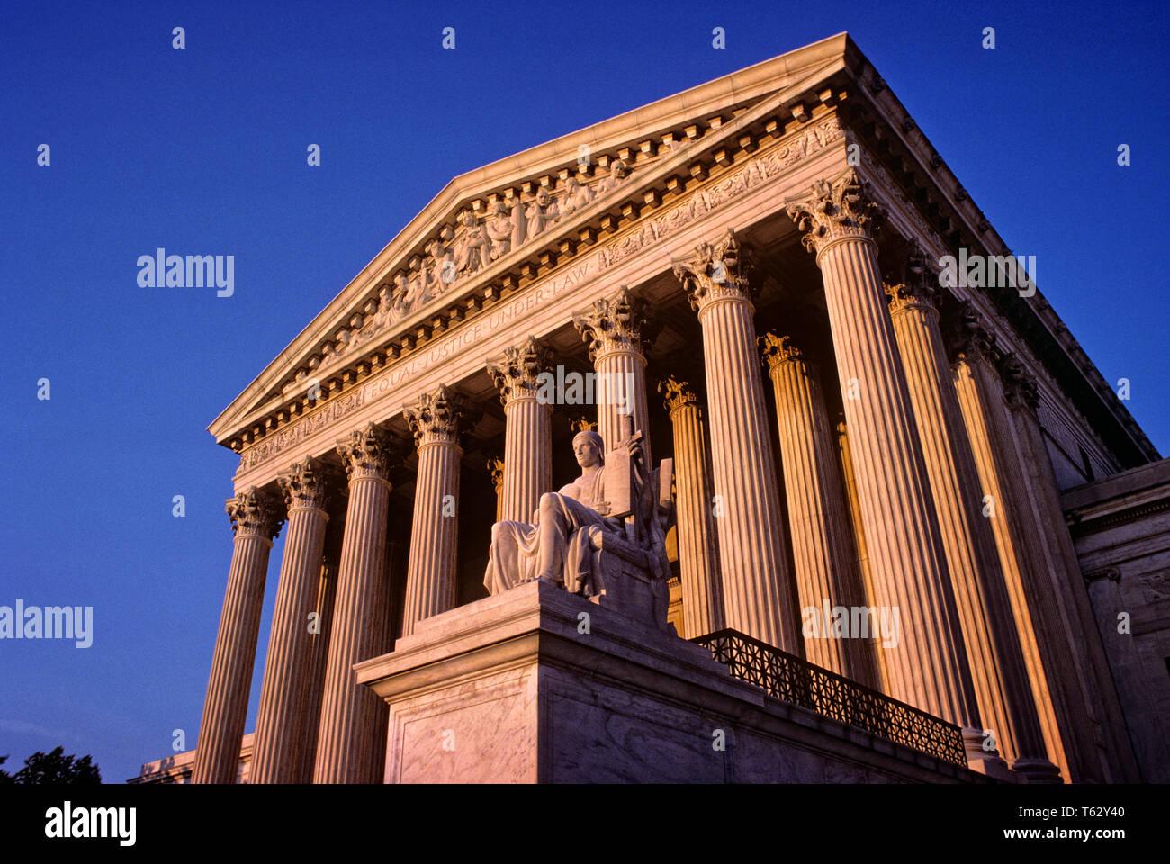 1980 FAÇADE AVANT AVEC STATUE DE RÈGLE DE DROIT LE BÂTIMENT DE LA COUR SUPRÊME WASHINGTON DC USA - KR69067 KRU001 HARS STRUCTURES CONCEPTUELLES ÉDIFICE WASHINGTON DC détail architectural capitale constitutionnelle fédérale de district centres LES CENTRES URBAINS DES PROPRIÉTÉS Photo Stock