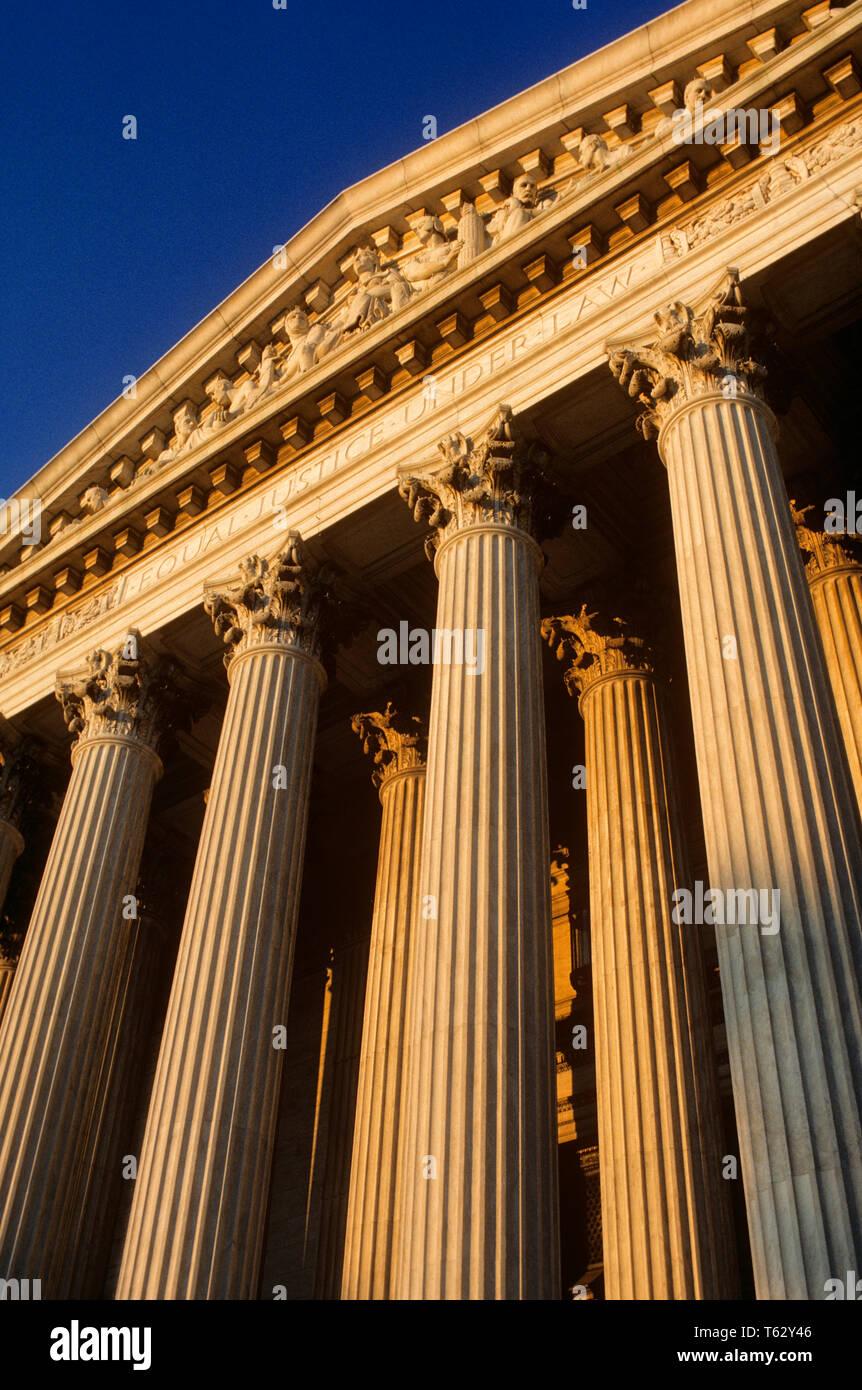 Années 1980, des colonnes de style néoclassique à l'ÉDIFICE DE LA COUR SUPRÊME WASHINGTON DC USA - KR69068 KRU001 HARS CENTRES URBAINS Photo Stock