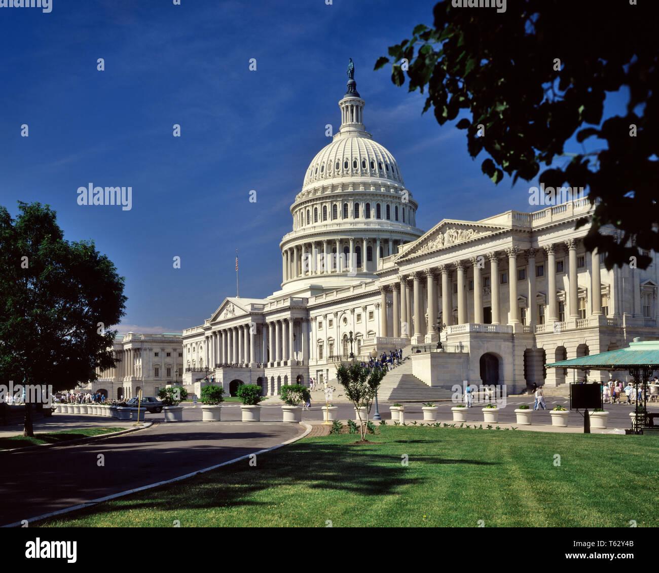 1980 LE SÉNAT AILE DROITE ET CAPITOL WASHINGTON DC USA - KR69076 KRU001 HARS VOYAGES USA LE SÉNAT DROIT POLITIQUE CAPITAL REAL ESTATE DOME STRUCTURES ASSEMBLÉE LÉGISLATIVE ÉDIFICE WASHINGTON DC CAPITOL HILL RESORTS CONGRÈS CAPITALE FÉDÉRALE DE DISTRICT Old Fashioned Photo Stock