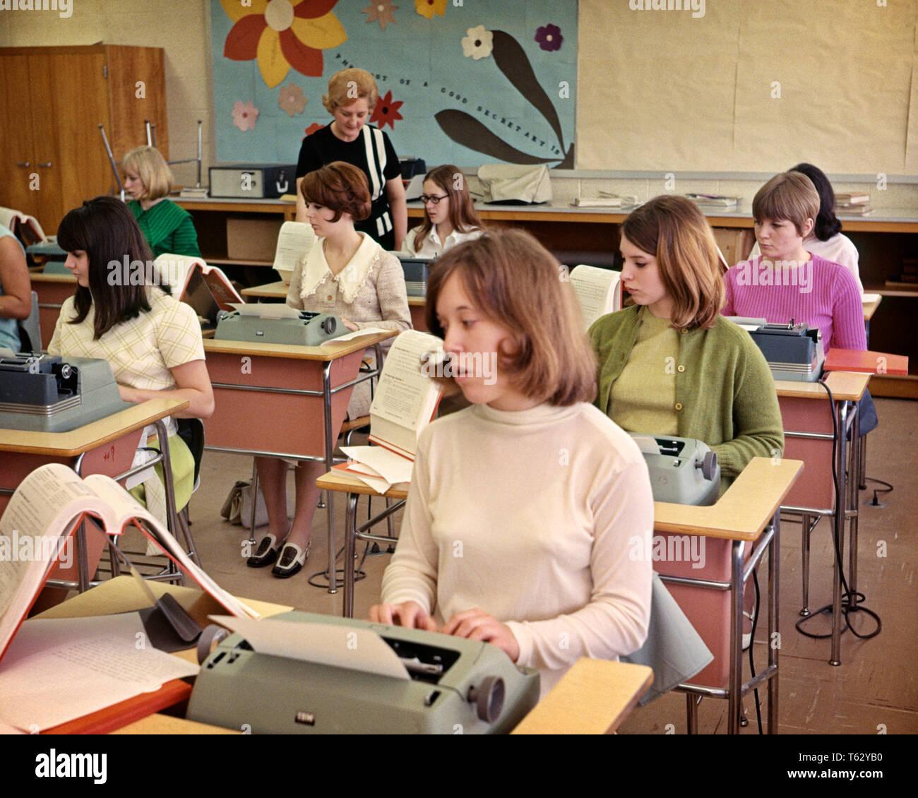 1960 TOUTES LES FILLES HIGH SCHOOL CLASS DE FRAPPE DES MACHINES À ÉCRIRE UN BUREAU TAPANT FEMME ENSEIGNANT FUTURS SECRÉTAIRES LES PRÉJUGÉS SEXISTES - KS6720 KRU001 PERSONNES HARS ADOLESCENTE MANUEL DES COMPÉTENCES OBJECTIFS D'UN BUREAU SECONDAIRE DACTYLOGRAPHIE SECRÉTARIAT PROFESSIONS ECOLES secrétaires dactylographes COOPÉRATION ADOLESCENTS MINEURS GENRE MID-ADULT MID-ADULT WOMAN Origine ethnique Caucasienne sexiste old fashioned Photo Stock